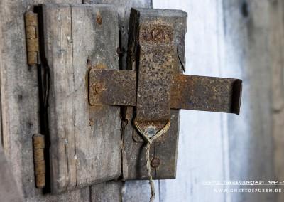 Zelle Nr. 1: Die Öffnung in der Zellenentür mit seitlicher Klappe diente zur Überwachung der HäftlingeText: © Uta Fischer,  All rights reserved