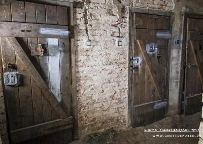 Abseits des Hauptganges in einem kleinen Seitengang befinden sich die ehemaligen Zellen Nr. 1 bis Nr. 3. Die Türen einschließlich der Überwachungsöffnungen der Gefängniszellen sind original.  Text: © Uta Fischer,  All rights reserved