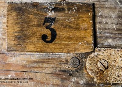 An den Zellentüren sind noch heute Schilder mit den Nummern der Zellen angebracht. Text: © Uta Fischer,  All rights reserved