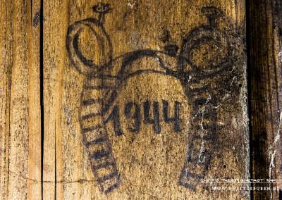 """Ein Hufeisen in Bleistift an die Zellentür gezeichnet und das Datum """"1944"""". Zwei Nägel, an Ringen befestigt, halten das Hufeisen. Hier klammerte sich wohl jemand an die Hoffnung, dass das Jahr 1944 ihm Glück bringen möge. Text: © Uta Fischer,  All rights reserved"""