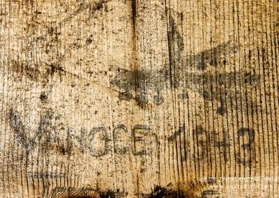 """Der tschechische Häftling, der diese Inschrift hinterließ verbrachte Weihnachten 1943 hier. """"VANOCE 1943"""" (deutsch """"Weihnachten 1943""""), schrieb er an den Türrahmen. Dazu gehört noch ein Tannenzweig mit Weihnachtskugeln und eine angezündete Kerze. Das Bild erinnert an ein typisches Postkartenmotiv der Weihnachtszeit. Die Zeichnung ist Ausdruck der Sehnsucht - nach dem Zusammensein mit der Familie, dem Gefühl der Geborgenheit und des Friedens. Text: © Uta Fischer,  All rights reserved"""