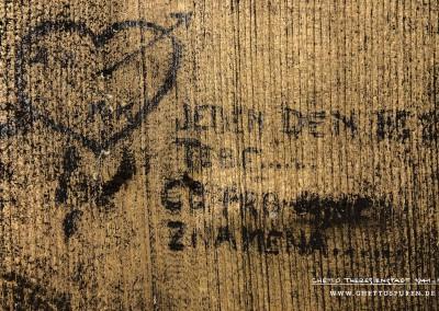 """Sehnsucht: Ein tränendes Herz durchbohrt von Amors Pfeil und dazu die Worte: """"JEDEN DEN BEZ TEBE... CO PRO MNE ZNAMENA..."""" """"Ein Tag ohne Dich... Was bedeutet für mich..."""" Text: © Uta Fischer,  All rights reserved"""