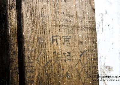 """""""Dr. Jakob Ede [...]"""": Jakob Edelstein war bis Ende Januar 1943 Judenältester im Ghetto Theresienstadt, danach Stellvertreter von Paul Eppstein. Am 9. November wurde er verhaftet. Der Grund waren angebliche Unterschiede zwischen den registrierten und tatsächlichen Zahlen zu den Insassen des Ghettos. Mitte Dezember 1943 wurde er nach Auschwitz deportiert, wo er am 20. Juni 1944 erschossen wurde. Text: © Uta Fischer,  All rights reserved"""