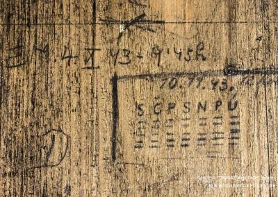 """""""E.M. 4. X. 43 – 9.45 h"""".Weiter unten hinterließ derselbe Häftling noch ein zweites Datum """"10.11.43"""". """"S Č P S N P Ú"""" sind die tschechischen Abkürzungen für die Wochentage Mittwoch bis Dienstag. Der Kalender bezieht sich auf den Zeitraum 4. Oktober 1943 bis 10.November 1943. Der Häftling wurde demzufolge hier fünf Wochen festgehalten. Welche Person sich hinter den Initialen """"E.M."""" verbirgt und was der Grund für die Verhaftung durch die SS war, ist nicht bekannt.   Erklärung zum Kalender: """"S"""" wie Středa für Mittwoch, """"Č"""" wie Čtvrtek für Donnerstag, """"P"""" wie Pátek für Freitag, """"S"""" wie Sobota für Samstag, """"N"""" wie Neděle für Sonntag, """"P"""" wie Pondělí für Montag und """"Ú"""" wie Úterý für Dienstag. Text: © Uta Fischer,  All rights reserved"""