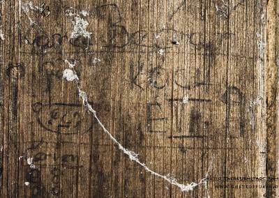 """""""KAREL BEČVÁŘ"""": Hier hat sich ein Häftling selbst porträtiert und eine Art Visitenkarte hinterlassen. Zu sehen ist ein Mann mit breitem Gesicht und Kochmütze. Die Ghettoadresse """"E VII"""" (Sudetenkaserne) wird auch genannt. Was dem Koch vorgeworfen wurde, erfährt man wiederum nicht.   Karel Bečvář (geb. 8.7.1925) kam am 6. März 1943 mit dem Transport CV aus Prag nach Theresienstadt. Er überlebte die Haft im """"Bunker"""", später auch Auschwitz und andere NS-Lager. Text: © Uta Fischer,  All rights reserved"""