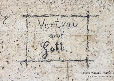 """""""Vertrau auf Gott"""": Vertrauen in Gottes Hände legen - Vertrauen auf die Güte, Fürsorge Gottes und die Hoffnung des ewigen Lebens. Darum geht es hier.   Wer diese drei Worte mit Bleistift an die Wand schrieb und mit einem Rahmen versah,ist nicht bekannt. Der Häftling hinterließ jedoch noch eine zweite Inschrift in dieser Zelle, einen Kalender. Er belegt, dass der Häftling zwischen dem 27. November und dem 16. Dezember hier festgehalten wurde. Text: © Uta Fischer,  All rights reserved"""