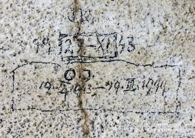 """Die Initialen """"J K"""" und das Datum """"27.XI.1943"""". Darunter sind die Initialen """" O J"""" und die Daten """"19. IX. 1943 -19. II. 1944"""". Diese Inschrift belegt, dass der Häftling fünf Monate Haft verbüßen musste. Es ist die längste Haftzeit, die durch eine Inschrift belegt ist. Text: © Uta Fischer,  All rights reserved"""