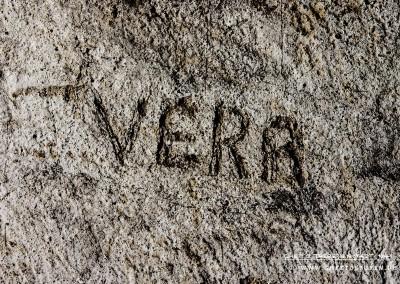 """""""Der Mädchenname """"VERA"""" wurde in den Putz geritzt. Text: © Uta Fischer,  All rights reserved"""