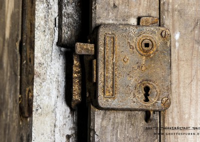 """Das Kastenschloss gehört zur Zelle Nr. 7, die heute, wie auch alle anderen Räume des des """"Bunkers"""" von Mietern genutzt werden. bermusz@gmail.com>"""