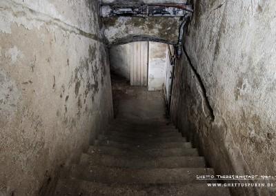 """Die Treppe führt in den Keller der ehemaligen SS-Kommandantur. Hier befanden sich die sogenannten """"Bunker-Räume"""". Text:  © Uta Fischer,  All rights reserved"""