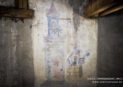 Das Bild zeigt einen Turm mit Zinnenkranz und Turmspitze. Eine junge blonde Frau steht oben an einem Fensterbogen und zieht über eine Seilwinde einen Korb mit zwei Männern hinauf. Der Künstler ließ sich zwar inspirieren von der Miniatur des Herrn Kristan von Hamle aus dem Codex Manesse, verfremdete jedoch das Bildmotiv in starkem Maße. Was wir hier sehen orientiert sich eher an der Typologie von Kinderbüchern, vorstellbar ist auch eine Illustration für ein Kindercomic. Das Wandbild weist zudem einige sehr interessante, von dem Original abweichende Details auf, die dem Betrachter beim genauen Hinsehen auffallen müssen und rätselhaft sind: So sind in dem Korb zum Beispiel nicht ein, sondern zwei Männer, die zu ihrer Angebeteten wollen. Weitaus irritierender ist jedoch die Darstellung der Männer im Korb, die den werbenden Ritter symbolisieren.  Text: Uta Fischer © 2014, All rights reserved. Foto: © WILDFISCH