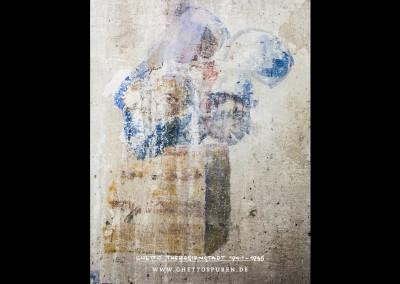 Die Gestalt im Vordergrund trägt eine auffallend große Kochmütze. Der Gesichtsausdruck - ein junger Mann mit überbreitem Grinsen, vollen Lippen, Hakennase und großen Ohren - entspricht in auffälliger Weise der im Nationalsozialismus gängigen antisemitischen Stereotype des körperlich abstoßenden lüsternen Juden, der einem unschuldigen blonden Mädchen nachstellt.Text: Uta Fischer © 2014, All rights reserved. Foto: © WILDFISCH