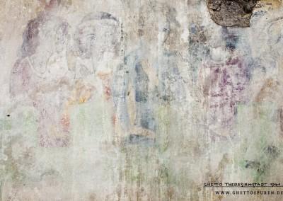 """Dieses Foto zeigt einen Ausschnitt des Wandbildes mit einer weiteren, besonders interessanten Figurengruppe, die links unterhalb des Herrscherpaares zu sehen ist. Es handelt sich um vier Männer, die am Wettstreit beteiligte Sänger darstellen. Dazu muss man wissen, dass in der Originalvorlage insgesamt sieben Dichter abgebildet sind. Bei den ersten drei Dichtern (1.-3.  Person, v. li. n. re.)  und der fünften Person (v. li. n. re.) lassen sich Ähnlichkeiten mit dem Original  nachweisen.  Gesichtsausdruck und Zeigegesten sind bei diesen Figuren  nachempfunden. Auch wenn die  einzelnen Dichter im Bild nicht eindeutig zugeordnet werden können, kann man davon ausgehen, dass hier Walter von der Vogelweide, der berühmteste deutsche Lyriker des Mittelalters dargestellt wurde. Sehr wahrscheinlich ist auch, dass der Dichter Wolfram von Eschenbach, Verfasser des Heldenepos """"Parzival"""", zu sehen ist. Text: Uta Fischer © 2014, All rights reserved. Foto: © WILDFISCH"""