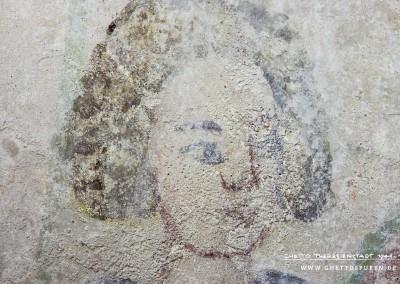 Kopf der Figur neben Herrn Heinrich von Veldeke. Sowohl Größe als auch der kindliche Ausdruck des Gesichtes fallen auf. Vermutlich soll die Figur den Knappen des Dichters darstellen. Text: Uta Fischer © 2014, All rights reserved. Foto: © WILDFISCH