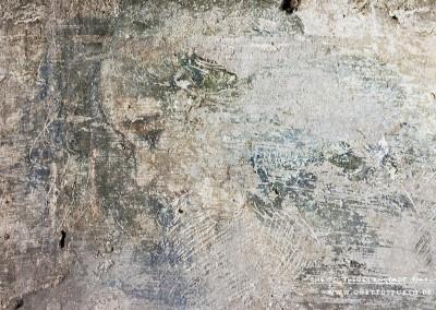 Zu sehen ist das Gesicht einer jungen Frau - hohe Stirn und dunkle schulterlange gelockte Haare erinnern an Schönheitsideale der des  20. Jahrhunderts. Das Frauenporträt besticht durch individuelle Gesichtszüge und strahlt Anmut und Schönheit aus. Stilistisch hebt sich die Darstellung des Kopfes von dem mittelalterlichen Vorbild stark ab.Text: Uta Fischer © 2014, All rights reserved. Foto: © WILDFISCH