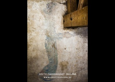 Das Wandbild ist optisch beeinträchtigt durch eine Holzkonstruktion, die mitten in dem Wandbild verankert wurde. Das Bild zeigt einen jungen Man in mittelalterlichen Gewändern, der die Hände einer Frau reicht. Text: Uta Fischer © 2014, All rights reserved. Foto: © WILDFISCH