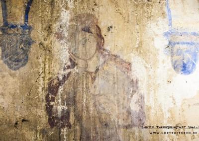 Ein umlaufender Fries aus gotischen Spitzbögen weist ein überraschendes Detail auf: Die Konsolsteine  sind als Fratzengesichter ausgebildet.Text: Uta Fischer © 2014, All rights reserved. Foto: © WILDFISCH