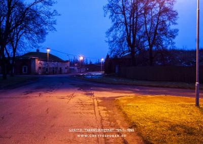 Momentaufnahme nach Regen: Gleise in der ehemaligen Längsstraße 2, heutige Dlouhá, befinden sich unter dem porösen Straßenestrich - wie diese Aufnahme belegt. © WILDFISCH