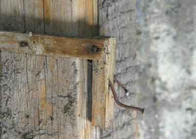 Bei diesen beiden krummen Nägeln an einem Stückchen Holz handelt es sich höchst wahrscheinlich um provisorische Haken, welche zur Aufhängung von Kleidung oder anderen Gegenständen dienten.  © WILDFISCH