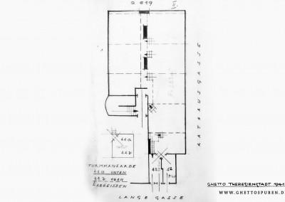Skizze zum Dachboden Q 617, datiert Februar 1944 – Der Plan des Baureferats der jüdischen Selbstverwaltung zeigt den Dachboden des Hauses Q 617 mit Treppenaufgang, Stiege zum Turm und insgesamt vier Mansarden (Nr. 42, Nr. 43, sowie die beiden Turmmansarden Nr. 44a und 44b. Die Skizze vermerkt ein interessantes Detail: Die Turmmansarden, welche übereinander liegen, sollten demzufolge abgerissen werden. Dies wurde verfügt, da es sich um keinen genehmigten Ausbau handelte und die Bauausführung außerdem nicht vorschriftsmäßig war.  Eine Zwischendecke ist heute nicht mehr vorhanden. Abgesehen davon, stimmt der Grundriss von Februar 1944 mit dem heutigen Bestand überein. Text: Uta Fischer © 2014, All rights reserved. Zeichnung:© SOkA Litoměřice, Fond: Ghetto Theresienstadt-Selbstverwaltung, Technische Abteilung, Referat Bauwesen