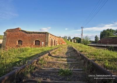 Diese Gleisreste führen entlang der Straße Bohušovicka brana vorbei am Kolumbarium (heute Einrichtung der Gedenkstätte) und dem ehemaligen Bauschwoitzer Tor. © WILDFISCH