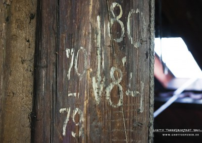 The technical department had to optimize attic space, because the incoming transports of prisoners caused massive overcrowding. The prisoners could no longer be housed in apartments, houses or barracks. This post is a rare remnant from the ghetto period. The chalk numbers indicate prisoners' sleeping spaces 80 – 84 and 70 – 79.