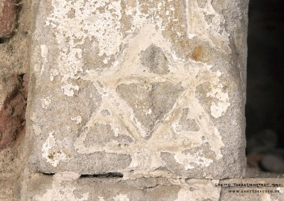 "Also with this inscription, the Star of David catches our eye at second glance only. Glossed over with a varnish, it remained undetected until now. It is located directly to the right of the gateway, somewhat apart from the other numerous graffiti. The inscription ""FRIED 1943"" does not offer sufficient information to identify its author."