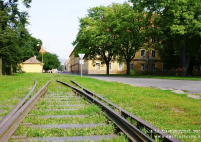 Gleisabzweig: An dieser Stelle schwenkte das Gleis von der Hauptstrecke nach links in die ehemalige Straße L 1 ab. © WILDFISCH