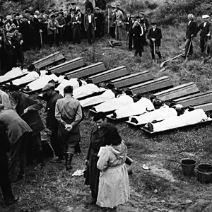 After the war, twelve victims of the death march were exhumed and reburied in the Dörschnitz Cemetery – among them, Ernst Gladtke. Photo archive Grahle in Meissen, Nr. 0447, July 1945