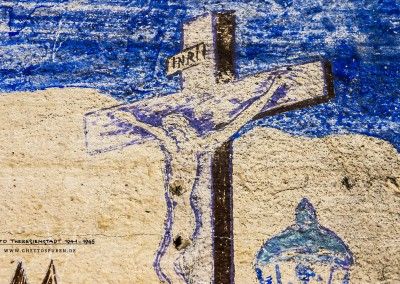 """Auffällig bei diesem Bildausschnitt ist das Kruzifix im Vordergrund. (Es zeigt eine der Plastiken der Karlsbrücke.) Jeder Prager kennt das berühmte Motiv. Doch obwohl das Original mit einem sehr markanten hebräischen Schriftzug versehen ist, wurde dieser nicht dargestellt.  Hintergrund ist ein Ereignis, das sich bereits im Jahr 1669 zutrug: Ein Prager Jude wurde wegAuffällig bei diesem Bildausschnitt ist das Kruzifix im Vordergrund. (Es zeigt eine der Plastiken der Karlsbrücke.) Jeder Prager kennt das berühmte Motiv. Doch obwohl das Original mit einem sehr markanten hebräischen Schriftzug versehen ist, wurde dieser nicht dargestellt. Hintergrund ist ein Ereignis, das sich bereits im Jahr 1669 zutrug: Der Prager Jude Elias Backoffen wurde wegen Gotteslästerung, er soll angeblich das Kruzifix verspottet haben, verurteilt. Zur Strafe zwang man ihn, eine vergoldete hebräische Inschrift des Textes """"Heilig, Heilig, Heilig der Gott der Scharen"""" anzubringen, was mit einem nicht unerheblichen finanziellen Aufwand verbunden war. Die Härte des Urteils hatte jedoch eine viel größere Dimension: Die Huldigung des """"falschen"""" Gottes empfanden die Prager Juden als eine schlimme Demütigung. Der Maler dieses Details wusste also um die Bedeutung der Inschrift und entschied, die hebräischen Letter wegzulassen.    Text: Uta Fischer © 2014, All rights reserved"""