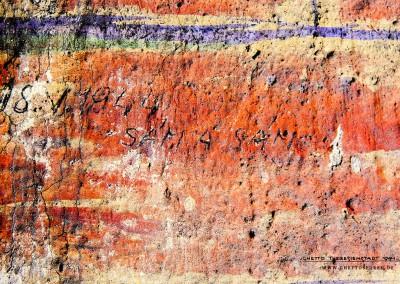 """Es ist nur eine kurze Notiz: """"18.5.1944 Sám a Sám"""" (deutsch: """"Allein und allein""""). Die schlichte Inschrift in Bleistift ist Zeugnis eines Menschen, der sich gerade sehr einsam und alleingelassen fühlt. Es könnte sich um eine Momentaufnahme handeln, die in Zusammenhang mit dem Verlust eines vertrauten Menschen steht. Kurz zuvor gingen zwei große Transporte nach Auschwitz: Am 15. Mai verließen 2.503 Menschen das Ghetto und am 16. Mai noch einmal 2.500. Für den Besuch der Delegation des IKRK am 23. Juni 1944 wurde nicht nur die Stadt """"verschönert""""; auch der Eindruck der Überbevölkerung sollte um jeden Preis vermieden werden. Das Foto wurde bearbeitet.Text: Uta Fischer © 2014, All rights reserved"""