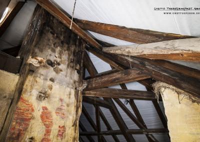 Der Blick zum Dachfirst verrät, dass die einstige Holzdecke nicht mehr vorhanden ist. Sie wurde im Zuge der Dachsanierung entfernt, ebenso ein Teil einer Zwischenwand. Text: Uta Fischer © 2014, All rights reserved