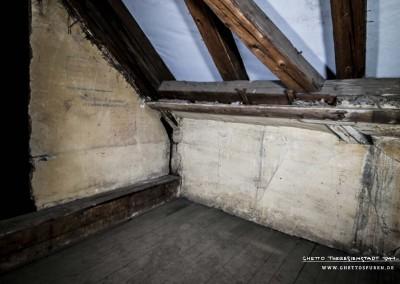 Reste einer Zwischenwand, daneben die verputzte straßenseitige Außenwand. Text: Uta Fischer © 2014, All rights reserved