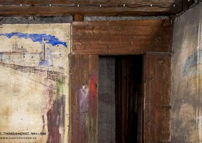 Gleich neben der Eingangstür zur Mansarde befinden sich  zwei Wandmalereien.  In der  Ecke  (rechts) sind noch die Reste eines Holzregals erkennbar.  Text: Uta Fischer © 2014, All rights reserved