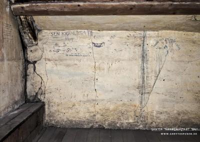 Während es an der linken Wand sowohl Verse als auch Cartoons zu entdecken gibt, die vergleichsweise gut erhalten sind, sind sämtliche Wandbilder im Bereich der straßenseitigen Außenwand (Kniestock) in einem bedauernswerten Erhaltungszustand. Text: Uta Fischer © 2014, All rights reserved
