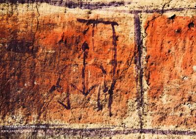 """Und noch ein Strichmännchen an einem Galgen: Hier könnte es sich um ein Monogramm handeln mit den Buchstaben """"M"""" und """"T"""".Text: Uta Fischer © 2014, All rights reserved"""